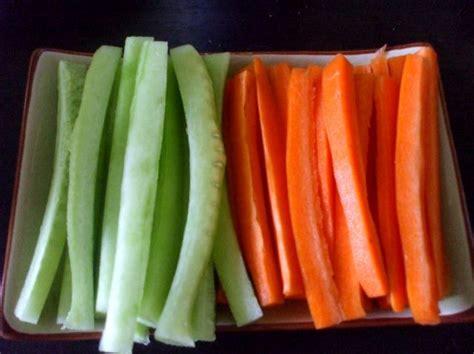 cuisine sur coupez des batonnets de concombre et de carotte photo de