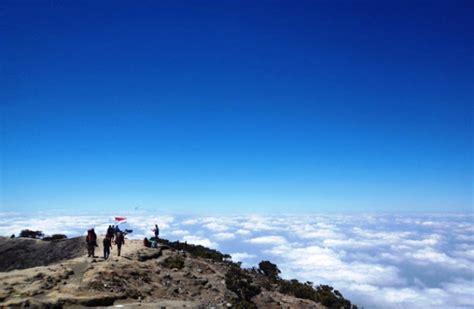 grafik wisatawan kunjungi gunung ciremai naik portal