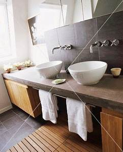 Waschtischplatte Holz Selber Bauen : gemauerter waschtisch mit zwei waschsch sseln holzunterschr nken badvorleger aus holz ~ A.2002-acura-tl-radio.info Haus und Dekorationen