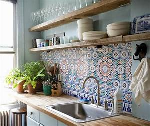 cuisine meubles blancs plan de travail et etageres en With credence plan de travail cuisine