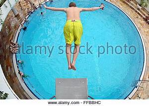 Schwimmbad Bad Lausick : bad lausick germany 09th feb 2016 a boy jumps from a 3 meter stock photo royalty free image ~ Markanthonyermac.com Haus und Dekorationen