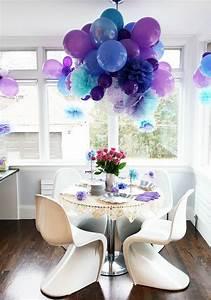 Blumen Von Der Decke Hängen : ballons h ngen von der decke als dekoration im kleinen zimmer blau und lila 24 verbl ffende ~ Markanthonyermac.com Haus und Dekorationen