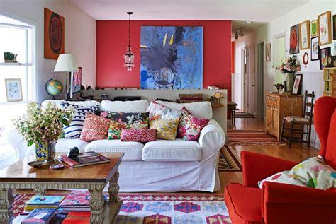 ikea wohnzimmer le wohnzimmer ein wei 223 es sofa umgeben bunten textilien ikea wohnzimmer mit stil