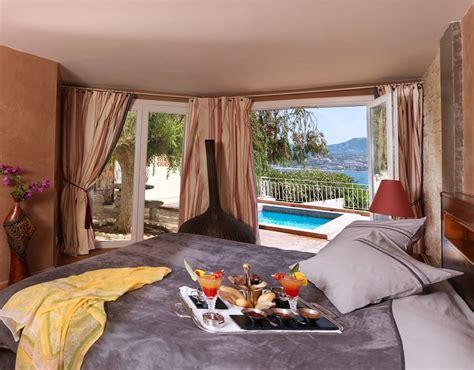 plus chambre suite avec sur le lit et vue sur la piscine