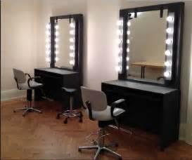 spiegel fã r schlafzimmer schminktisch mit spiegel und beleuchtung platziert der spiegelrahmen