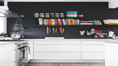 mur noir cuisine peinture un mur noir dans une cuisine blanche c 39 est tendance