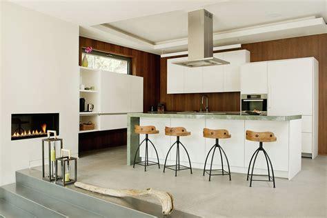casa de co moderna de dos pisos en desnivel construye