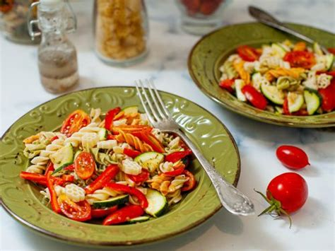 This fall harvest pasta salad is a festive cold pasta dish made with fresh and seasonal ingredients, topped with a deliciously sweet honey poppyseed dressing! Festive Pasta Salads / This reuben pasta salad contains all of the flavors of a reuben sandwich ...
