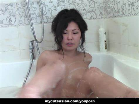 Chinese Young Is In The Bath Poundings A Sensual Bubble