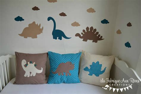 liste chambre bébé linge lit bébé et décoration dinosaure bleu pétrole canard