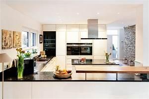 Küchen Modern Günstig : theke kochinsel und moderne technik zusammen mit wei en fronten in landhaus optik k chenhaus ~ Sanjose-hotels-ca.com Haus und Dekorationen