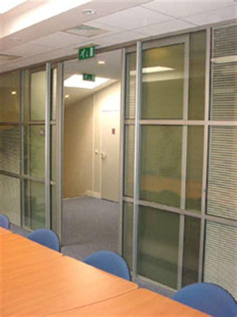 cloison acoustique bureau porte coulissante intégrée avec latitude cloison
