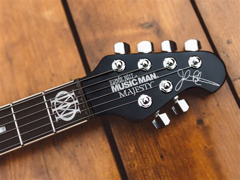 Blending the delicate touch of hand craftsmanship and the accuracy of robotic technology, we've focused on making the best playing and sounding guitars in the world. BFR Majesty - Music Man BFR Majesty - Audiofanzine
