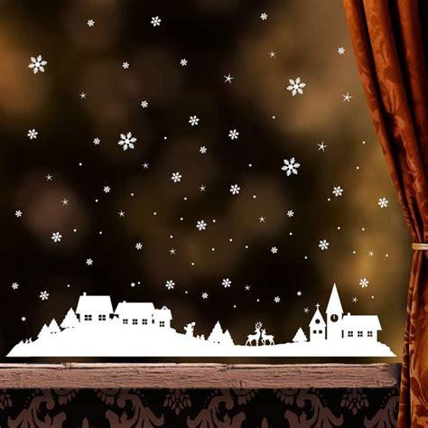 Weihnachtsdeko Fenstersticker by Winterliches Fensterbild Mit Verschneiter Stadt