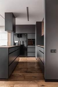 Minibar Für Wohnzimmer : moderne graue k che mit holzboden fliesen in holzoptik eichenlook rustikaler holzboden ~ Orissabook.com Haus und Dekorationen