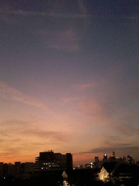 มองท้องฟ้าที่โลก สีฟ้าขาว.ถ้ายืนแล้วมองจากบนดาวอังคารก็สี ...
