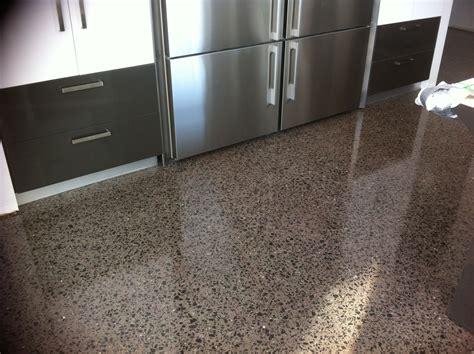 plancher de beton poli couleur maple avec agregats