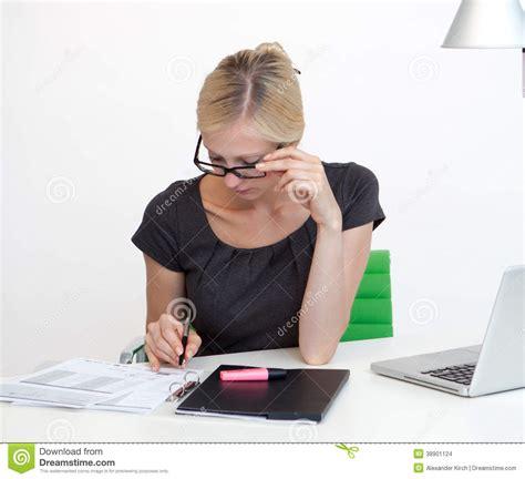affaire de bureau femme d affaires au bureau de travail photo stock image