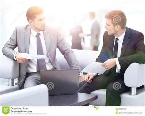 le bureau moderne gens d 39 affaires ayant le contact autour du tableau dans le