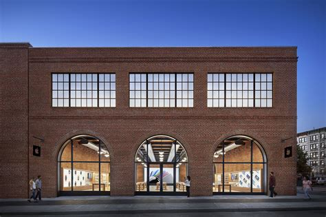 Brooklyn Gets Its First Apple Store