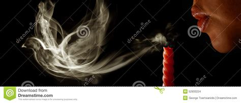 encore une bougie de soufflee la femme souffle une bougie photo stock image 52933224