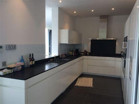 beau cuisine blanche plan de travail noir  cuisine blanc