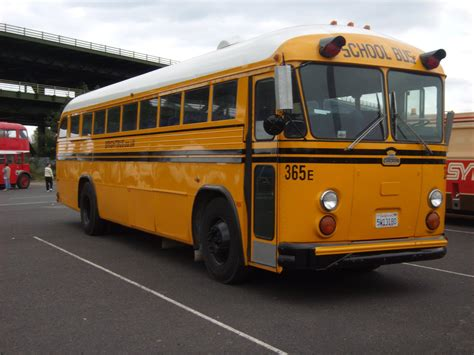 File:Crown School bus at Meadowhall.jpg - Wikimedia Commons