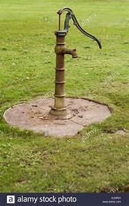 Hand Wasserpumpe Garten : old fashioned hand water pump stockfotos old fashioned hand water pump bilder alamy ~ Frokenaadalensverden.com Haus und Dekorationen