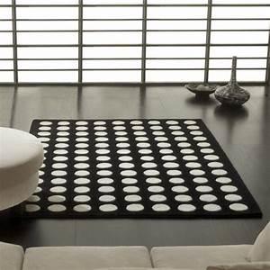 Tapis Graphique Noir Et Blanc : tapis design pompons noir et blanc par carving ~ Teatrodelosmanantiales.com Idées de Décoration