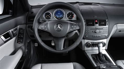 An angular dashboard design mimics the car's exterior styling theme, and luxury and sport models have unique instrument panels. Interior del Mercedes Benz Clase C 2011 | Lista de Carros