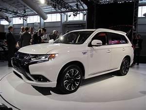 2017 Mitsubishi Outlander Plug-In Hybrid: U S debut