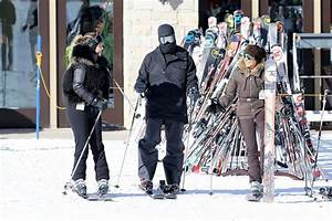 Kim Kardashian falls over on ski slopes in Utah with ...