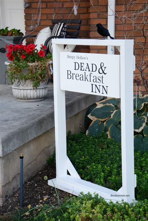 halloween sign dead breakfast inn  idea room