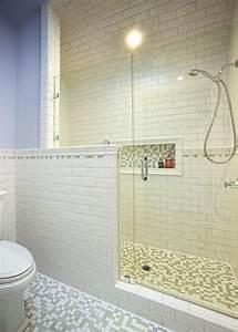 Glastür Für Dusche : wei e badewanne und glas dusche t r unter dem gl nzenden wasserhahn in der n he von grauen u ~ Bigdaddyawards.com Haus und Dekorationen