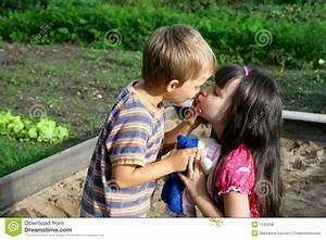 Kussende Kinderen Stock Foto  Afbeelding Bestaande Uit Samen