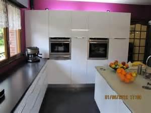 davaus net cuisine blanche plan de travail granit noir