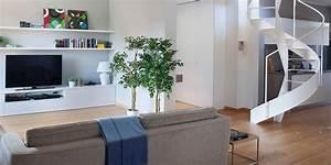 Cucina a vista sul soggiorno nel sottotetto con terrazzi a tasca Cose di Casa