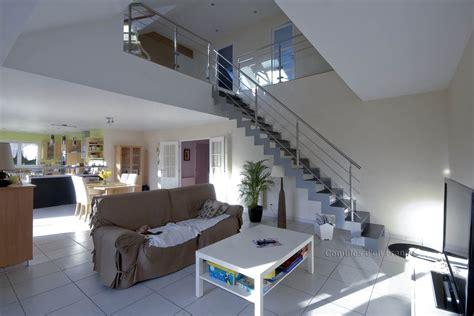 chambre du vide escalier moderne vide sur séjour plafond cathédrale le