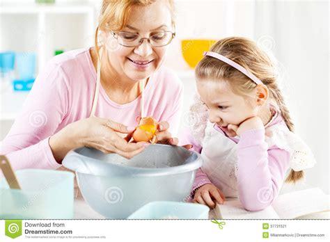 grand m 232 re et fille dans une cuisine image stock image 37731521