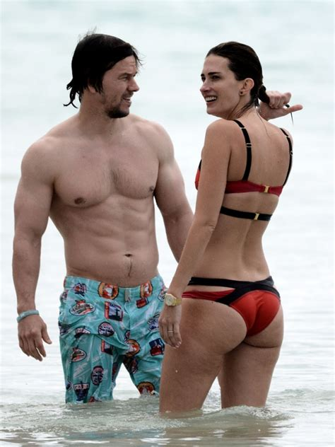 mark wahlberg sexy sexy mark wahlberg showing off his butt crack fringues