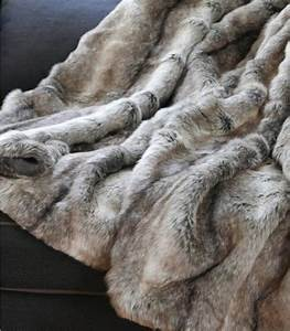 Plaid Fourrure Gris : plaid fausse fourrure gris 150 x 170 cm plaid addict vente en ligne de plaids gris ~ Teatrodelosmanantiales.com Idées de Décoration