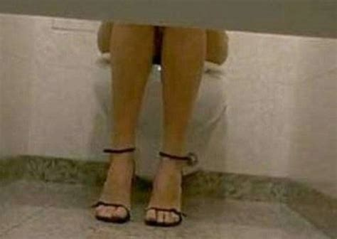 donne in bagno a fare pipi palermo denunciato uomo piazzava microtelecamera nel