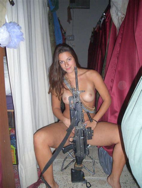 Amateur babe posing naked with machine gun Zdjęcie Porno
