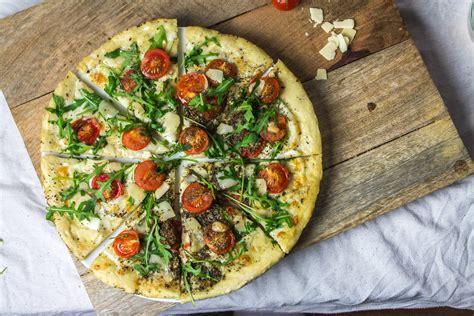 cuisine italienne pizza pizza italienne tomates cerise parmesan et roquette