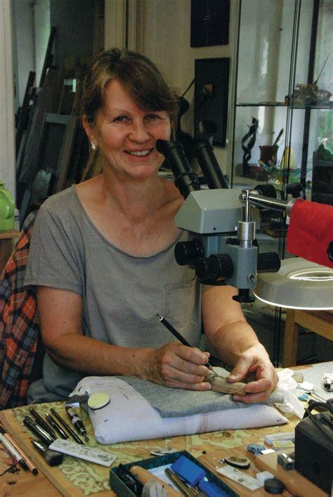 besuch im atelier der scrimshaw kuenstlerin eva halat aus