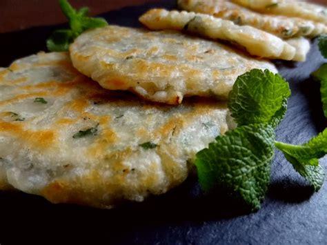 recette cuisine grecque recette des kremidotiganites crêpes oignons menthe grèce