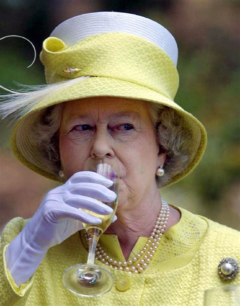How Long Will The Queen Live? Elizabeth Drinks Gin And Wine With Lunch Every Day, Loves Champagne