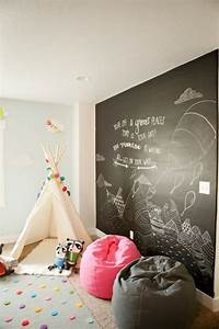 33 awesome chalkboard decor ideas for kids rooms digsdigs With deco salle de jeux enfant