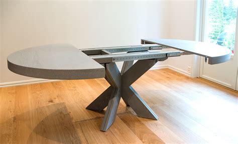 runde spiseborde med plader