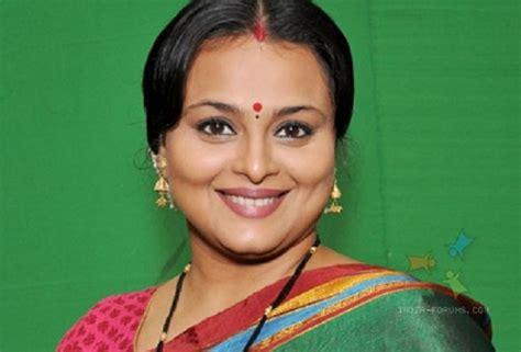 Shilpa Shirodkar Slips On Set Injures Back 30519